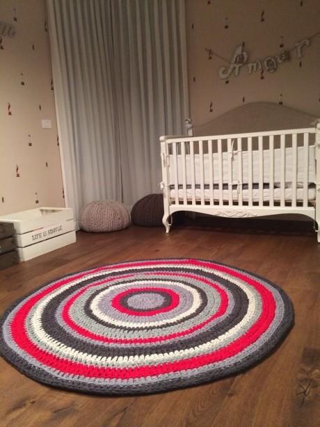 שטיח סרוג בחדר של אמור